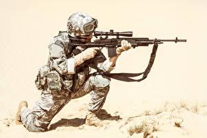 Bilder Soldaten Sturmgewehr Uniform Brille Militär