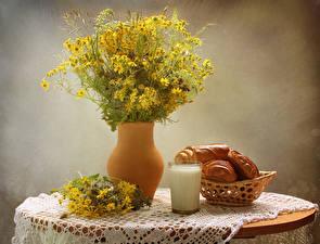 Bilder Stillleben Kamillen Milch Backware Tisch Vase Trinkglas Lebensmittel Blumen
