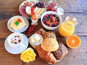 Fotos Stillleben Saft Cappuccino Brötchen Käse Wurst Beere Rosen Bretter Frühstück Kanne Tasse Ei Einweckglas Lebensmittel