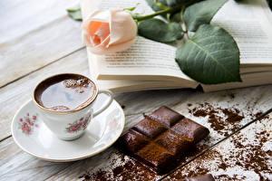 Bakgrunnsbilder Stilleben Roser Kaffe Sjokolade Sjokoladeplate Treplanker Tekopp Kakaopulver Bøker Mat