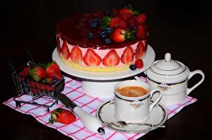 Bilder Stillleben Süßware Torte Erdbeeren Kaffee Messer Design Tasse Löffel das Essen