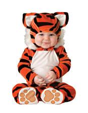 Hintergrundbilder Tiger Weißer hintergrund Säugling Uniform Lächeln kind