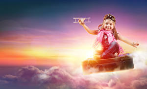 Hintergrundbilder Flugzeuge Kleine Mädchen Helm Wolke Koffer Lächeln Kinder