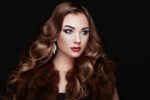 Fonds d'écran Fond noir Aux cheveux bruns Visage Cheveux Regard fixé Belles Filles