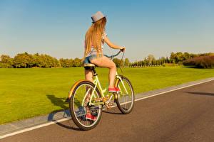 Bilder Blond Mädchen Fahrrad Der Hut Bein Mädchens