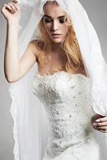 Fotos Blond Mädchen Brautpaar Kleid Hand Mädchens