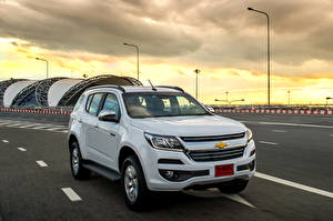 Bilder Chevrolet Metallisch Weiß 2016 TrailBlazer Autos