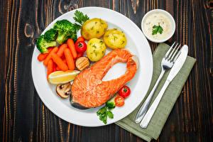 Fotos Fische - Lebensmittel Kartoffel Mohrrübe Gemüse Messer Lachs Teller Gabel Lebensmittel