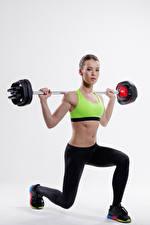 Bilder Fitness Grauer Hintergrund Hantelstange Trainieren Bauch Braune Haare Kauert sportliches