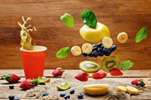 Bilder Obst Weintraube Erdbeeren Heidelbeeren Kiwi Trinkglas Blattwerk Lebensmittel