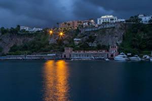 Bilder Italien Haus Seebrücke Schiff Abend Bucht Felsen Straßenlaterne Sorrento Städte