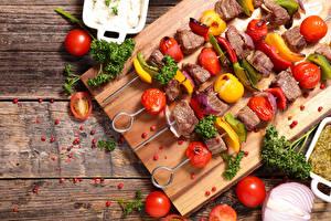 Papel de Parede Desktop Produtos de carne Chachlik Hortaliça Tomates Tábuas de madeira Tábua de cortar Alimentos