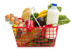 Bilder Milch Gemüse Weißer hintergrund Weidenkorb Ei Flasche Lebensmittel