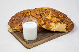 Bilder Backware Brötchen Milch Grauer Hintergrund Schneidebrett Trinkglas Lebensmittel