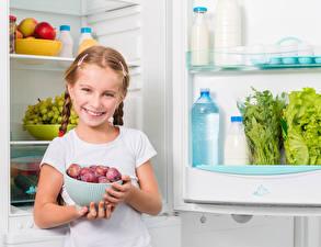 Bilder Pflaume Kleine Mädchen Lächeln Kühlschrank Kinder
