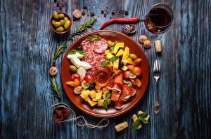 Hintergrundbilder Wurst Oliven Schinken Käse Wein Bretter Teller Weinglas Essgabel das Essen