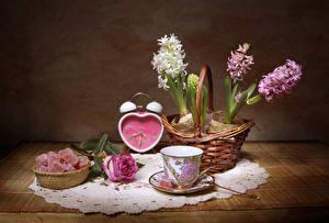 Fotos Stillleben Hyazinthen Rose Uhr Marmelade Weidenkorb Tasse Blumen