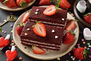 Fotos Süßware Törtchen Erdbeeren Teller Lebensmittel