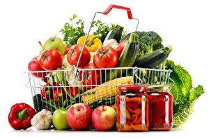Bilder Gemüse Äpfel Peperone Tomate Knoblauch Weißer hintergrund Weidenkorb Weckglas Lebensmittel