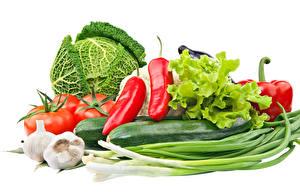 Fotos Gemüse Kohl Peperone Tomate Knoblauch Weißer hintergrund