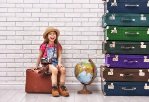 Bilder Mauer Kleine Mädchen Freude Koffer Globus Der Hut Fotoapparat Kinder