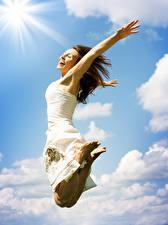 Hintergrundbilder Braunhaarige Kleid Sprung Freude Mädchens