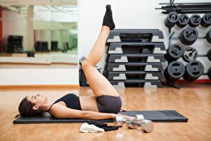 Fotos Fitness Braune Haare Körperliche Aktivität Hantel Bein junge frau Sport