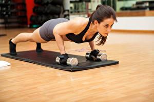 Hintergrundbilder Fitness Braunhaarige Trainieren Hanteln Liegestütz Mädchens Sport