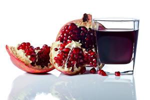 Fotos Fruchtsaft Granatapfel Weißer hintergrund Trinkglas Getreide Lebensmittel