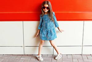 Desktop hintergrundbilder Kleine Mädchen Model Kleid Brille Kinder