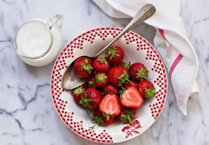 Hintergrundbilder Erdbeeren Milch Teller Kanne Löffel Lebensmittel