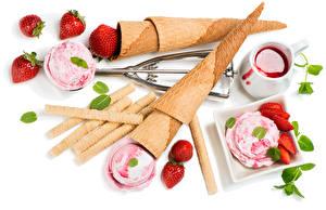 Bilder Süßware Speiseeis Erdbeeren Warenje Weißer hintergrund Kugeln