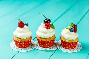 Hintergrundbilder Süßware Himbeeren Kirsche Cupcake Farbigen hintergrund Drei 3 Lebensmittel