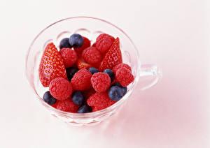 Bilder Beere Erdbeeren Himbeeren Heidelbeeren Farbigen hintergrund Lebensmittel