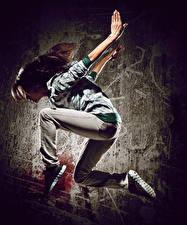 Hintergrundbilder Braunhaarige Tanzen Sprung Hand Mädchens