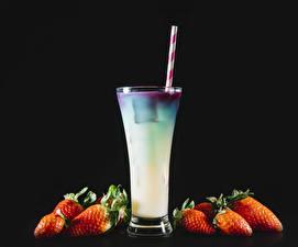 Fotos Cocktail Erdbeeren Schwarzer Hintergrund Trinkglas Lebensmittel