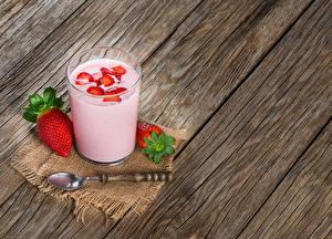 Hintergrundbilder Cocktail Erdbeeren Bretter Trinkglas Löffel Lebensmittel