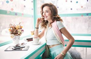Bilder Kaffee Braune Haare Lächeln Starren Mädchens