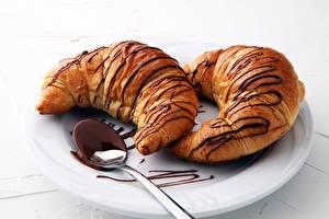 Bilder Croissant Schokolade Teller 2 Lebensmittel