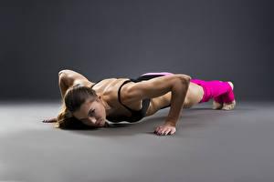 Fotos Fitness Braunhaarige Körperliche Aktivität Liegestütz Mädchens Sport