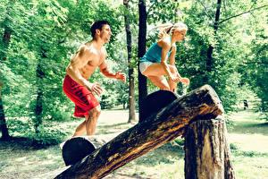 Fotos Fitness Mann Trainieren Blondine 2 Holzstamm Sport Mädchens