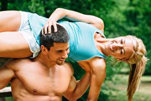 Fotos Mann Fitness Zwei Blondine Freude Unterhemd Mädchens Sport