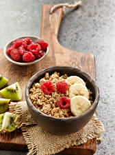 Bilder Müsli Himbeeren Bananen Frühstück Schneidebrett