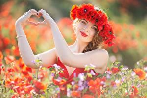 Bilder Mohnblumen Hand Herz Kranz junge frau