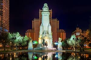 Fotos Spanien Madrid Haus Denkmal Skulpturen Springbrunnen Palast Nacht Straßenlaterne Palacio Real de Madrid