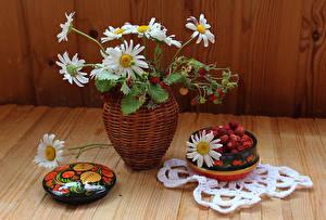 Fotos Stillleben Blumensträuße Kamillen Hügel-Erdbeere Vase Blumen