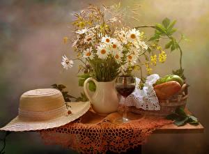 Fotos Stillleben Sträuße Kamillen Wein Brot Vase Der Hut Weinglas Tisch Blumen