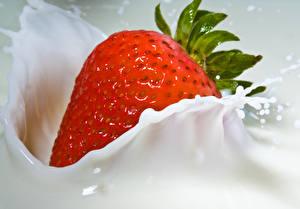 Fotos Erdbeeren Milch Großansicht Spritzer Lebensmittel