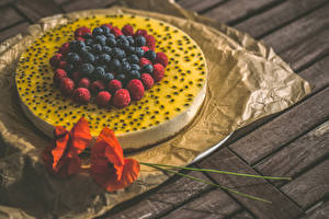Bilder Süßigkeiten Torte Beere Himbeeren Heidelbeeren Mohn Bretter Lebensmittel