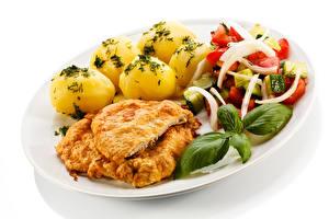 Fotos Die zweite Gerichten Fleischwaren Kartoffel Gemüse Weißer hintergrund Teller Lebensmittel